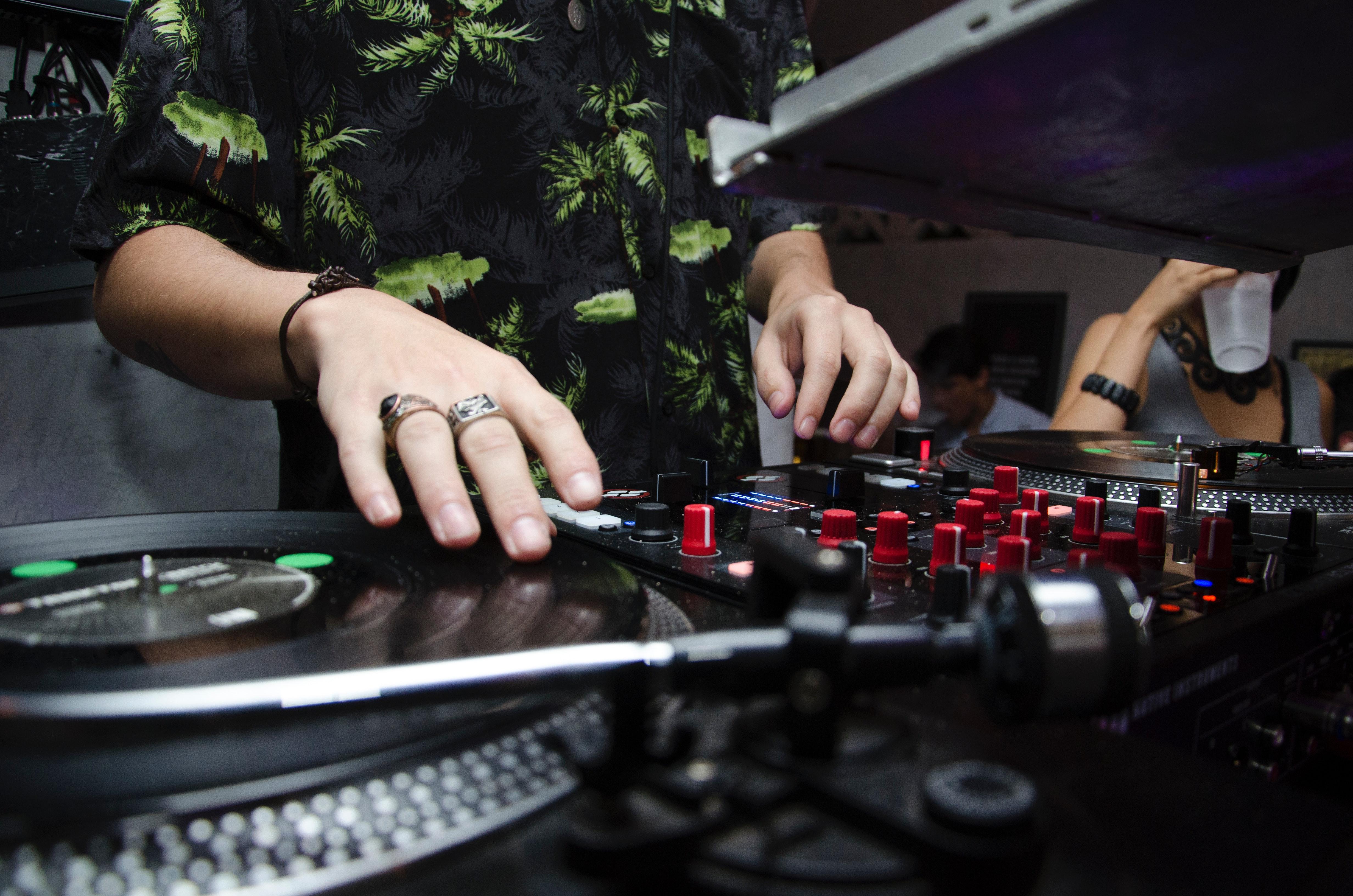 Spela musik på fest