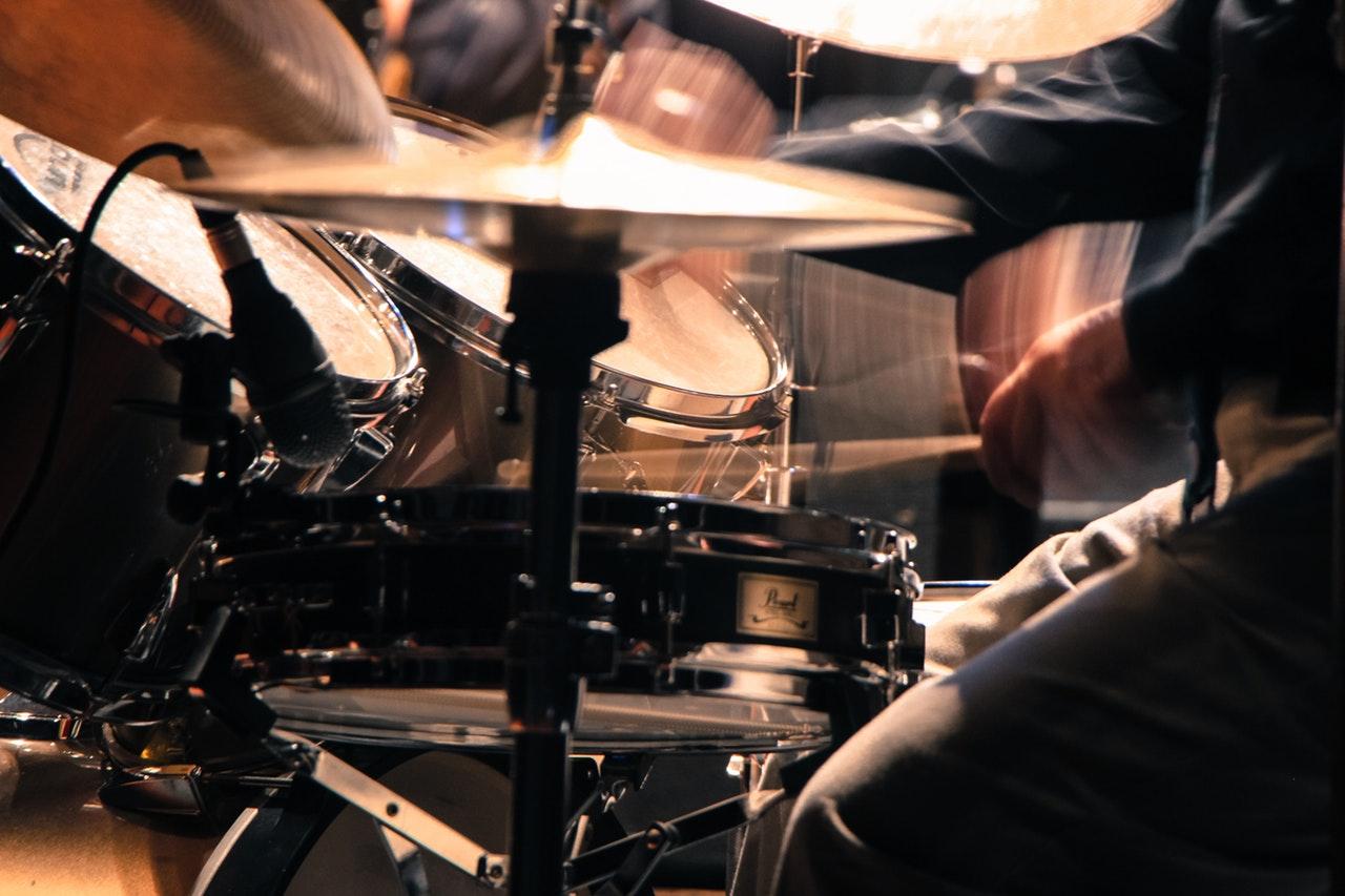 Man som spelar trummor